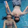 Irmãos em harmonia se refrescando na piscina!