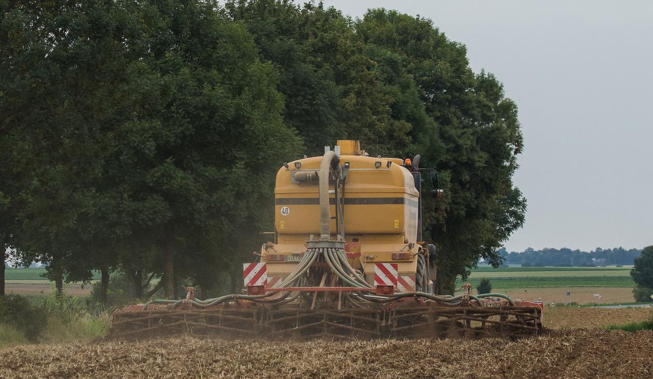 Challenger Terragator TG8333 injecting manure.