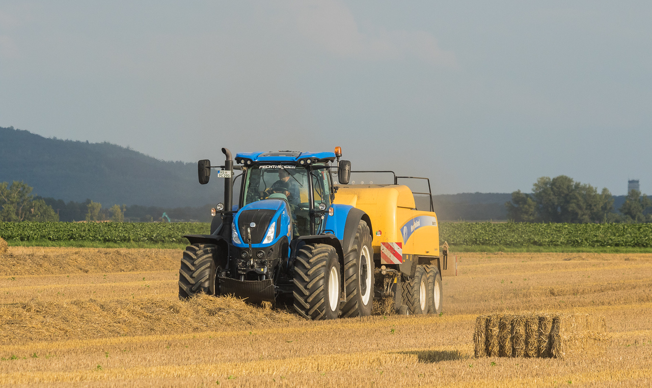New Holland T7.290 with baler BB9070.