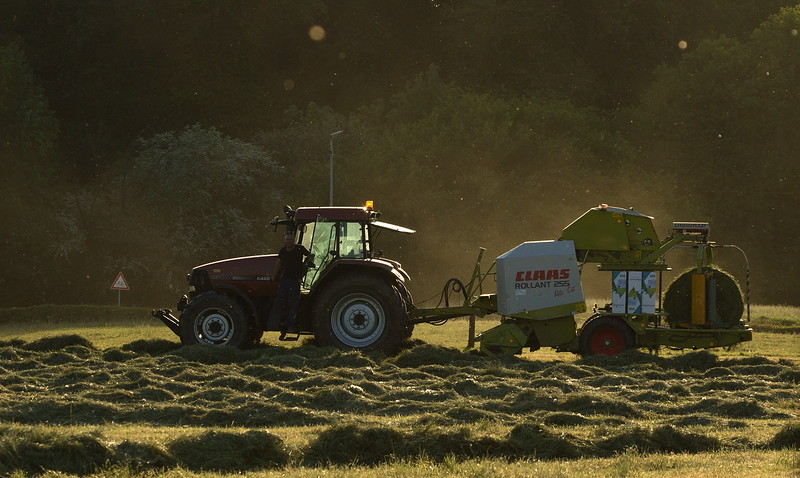 Case MX120 with Claas Rollant 255 Roto Cut baler.