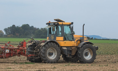 JCB Fastrac 155-65 hauling a Grimme DL 1500 potato harvester harvesting onions.