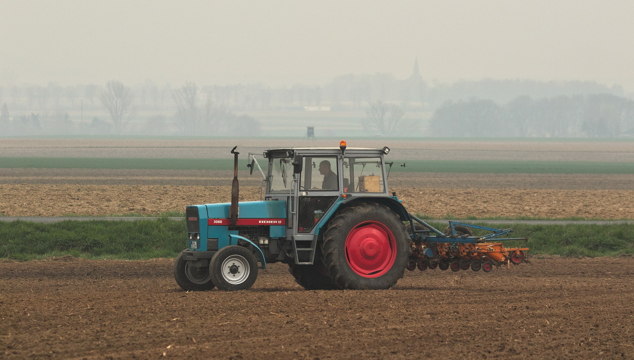 Eicher 3088 model 3657 ploughing in Hottorf.