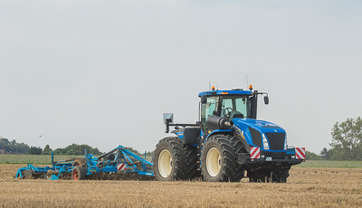 New Holland T9.560 mit Scheibenegge.