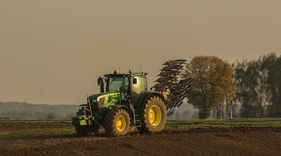 John Deere 6170R plowing in Ralshoven.