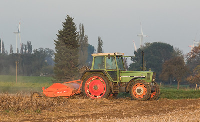Fendt Farmer311LSA Turbomatik with haulm topper Amac LK4 in Titz.