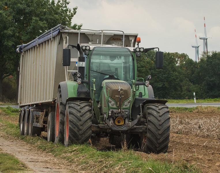 Fendt 718 Vario hauling potatoes in Lindern.