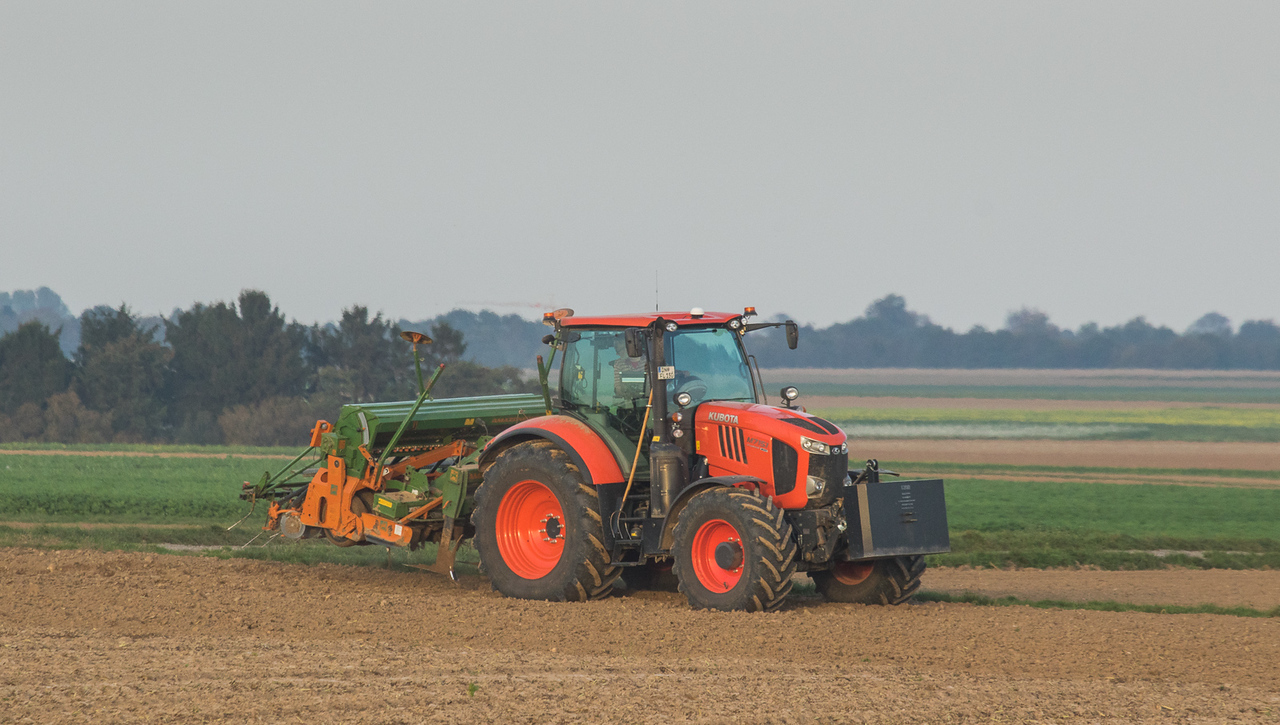 Kubota M7151 with Amazone KG301+RPD301 seeder in Hottorf.