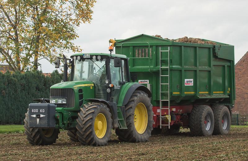 John Deere 6830 harvesting sugarbeets in Gevenich.
