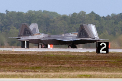 The highly elusive F-22 Raptor crossing shot.