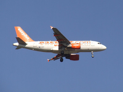 An Airbus A319-111 (G-EZIT) on approach to Glasgow Airport