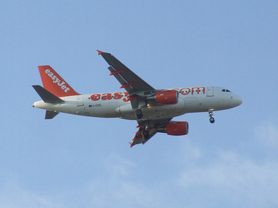 An Airbus A319-111 (G-EZDL) on approach to Glasgow Airport