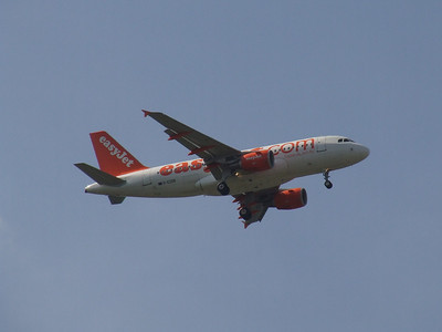 An Airbus A319-111 (G-EZDB) on approach to Glasgow Airport