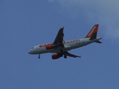 G-EZBL An Airbus A319-111 (G-EZBL) on approach to Glasgow Airport