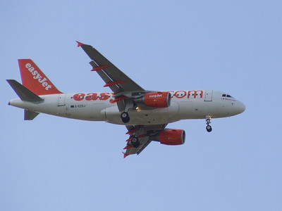 An Airbus A319-111 (G-EZDJ) on approach to Glasgow Airport