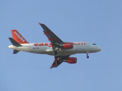 G-EZBB An Airbus A319-111 (G-EZBB) on approach to Glasgow Airport