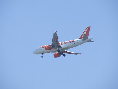 G-EZAA  An Airbus A319-111 of EasyJet on approach to Glasgow Airport