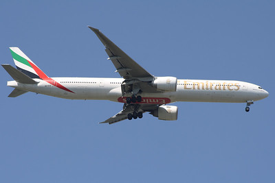 An Emirates Boeing 777-31H/ER (A6-ECB) on approach to Glasgow Airport