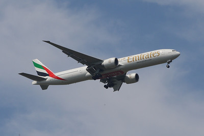 An Emirates Boeing 777-31H/ER (A6-ECY) on approach to Glasgow Airport
