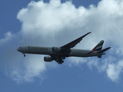An Emirates Boeing 777-31H/ER (A6-EMT) on approach to Glasgow Airport