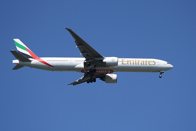 An Emirates Boeing 777-31H/ER (A6-EBL) on approach to Glasgow Airport