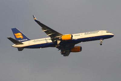 TF-ISF An Icelandair Boeing 757-223 on approach to Glasgow Airport
