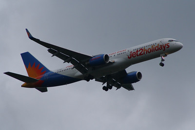 A Boeing 757-23A (G-LSAC) of Jet2 Holidays on approach to Glasgow Airport