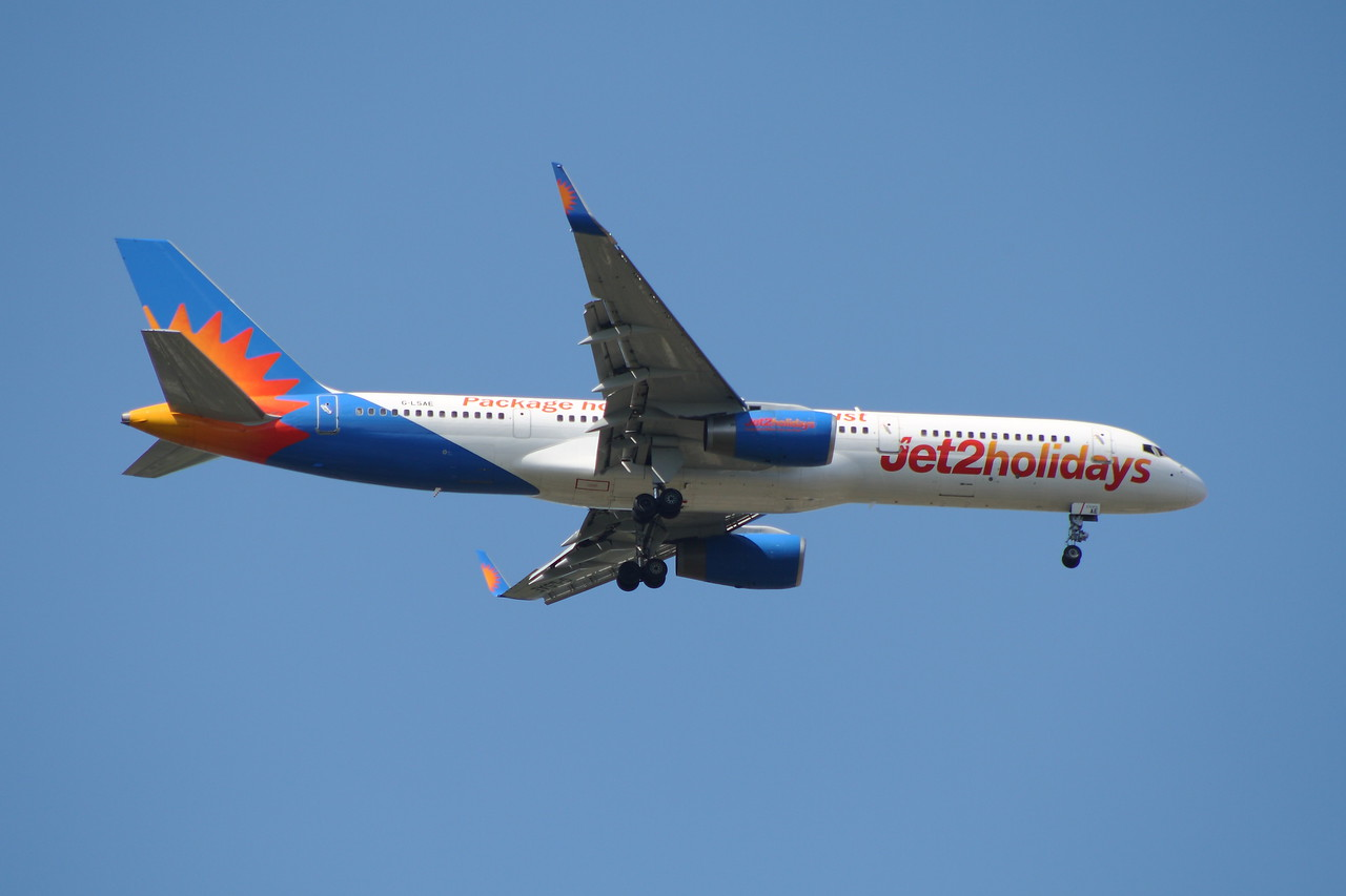 A Boeing 757-27B (G-LSAE) of Jet2 Holidays on approach to Glasgow Airport