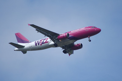 A Wizz Air Airbus A320-232 (HA-LWE) on approach to Glasgow Airport