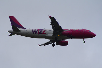 A Wizz Air Airbus A320-232 (HA-LWC) on approach to Glasgow Airport