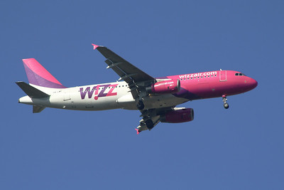 A Wizz Air Airbus A320-232 (HA-LWF) on approach to Glasgow Airport