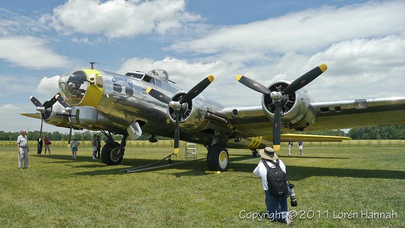 """Boeing B-17G """"Chuckie"""" N3701G SN 44-8543A Paul Genuflecting"""