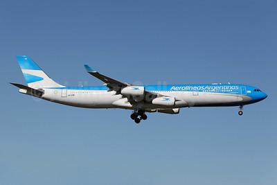 Aerolineas Argentinas Airbus A340-313 LV-CSE (msn 126) SYD (John Adlard). Image: 910676.