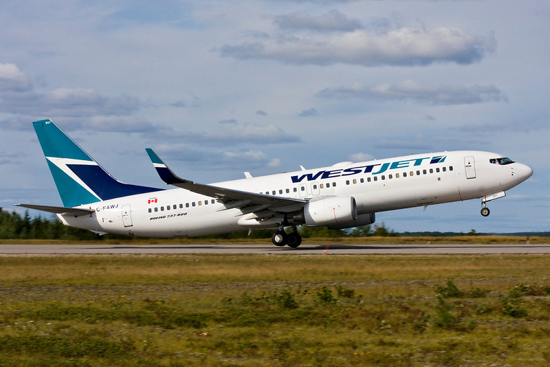 A Boeing 737-800 leaving Dryden for Sudbury.