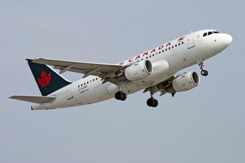 Air Canada Airbus A319-112 leaving Dryden