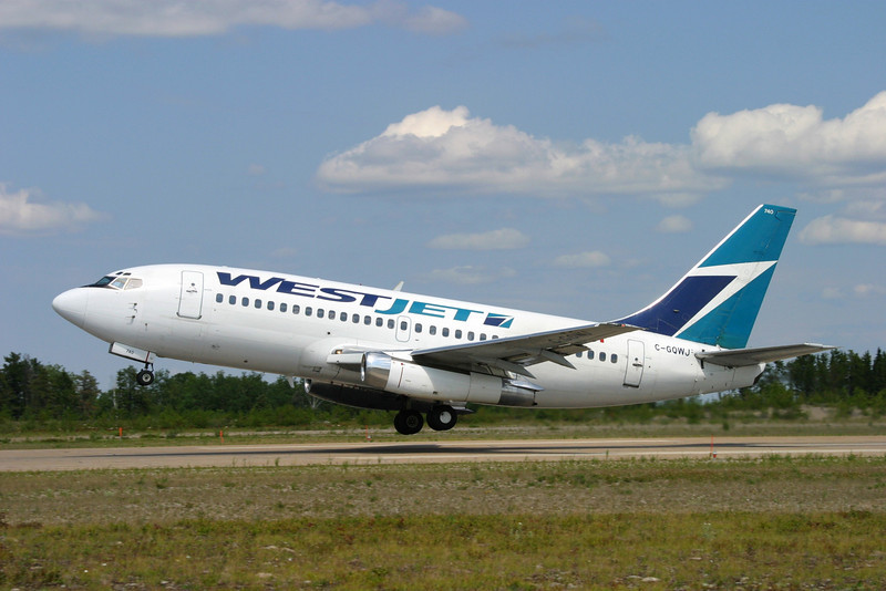 Westjet leaving Dryden on a MNR charter with a Boeing 737