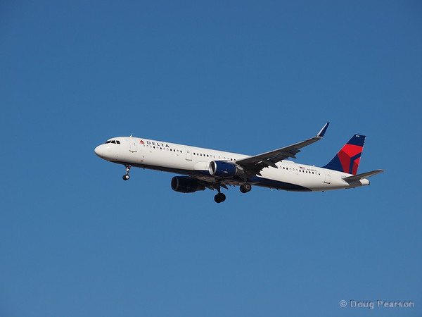 Delta N318DX, an Airbus A321-211 at KLAS