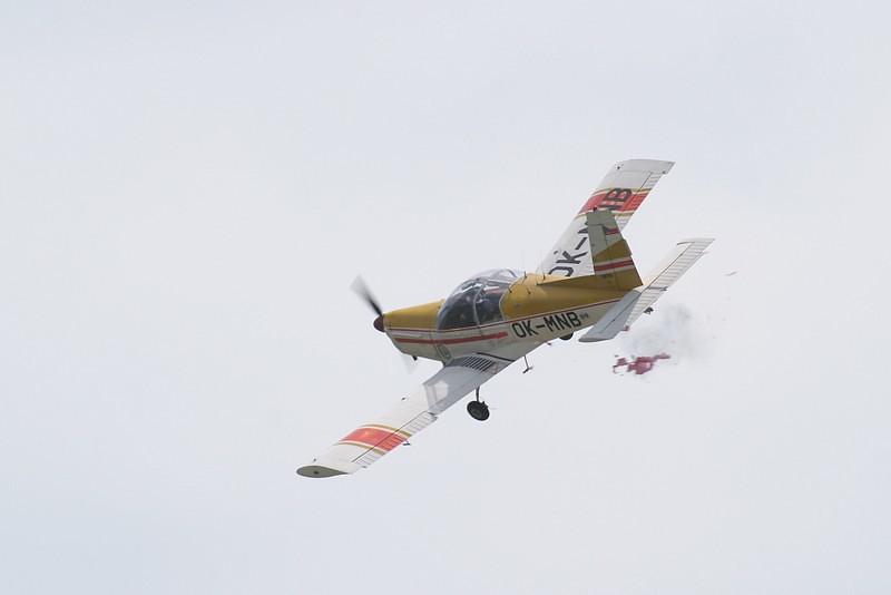 Zlin-142 hitting baloon