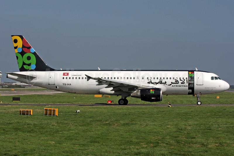 Afriqiyah Airways (Nouvelair) Airbus A320-214 TS-INA (msn 1121) LGW (Antony J. Best). Image: 901968.