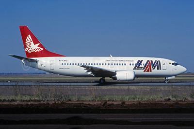 LAM-Linhas Aereas de Mocambique Boeing 737-3Y0 EI-CBQ (msn 24907) JNB (Christian Volpati Collection). Image: 947345.