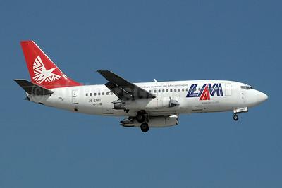 LAM-Linhas Aereas de Mocambique Boeing 737-219 ZS-SMD (msn 23472) JNB (Paul Denton). Image: 910219.