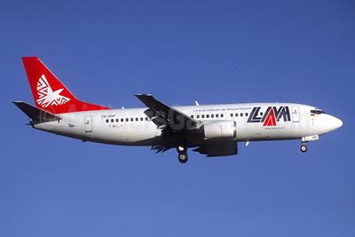 LAM-Linhas Aereas de Mocambique Boeing 737-31L ZS-VDP (msn 27346) JNB (Jacques Guillem Collection). Image: 947344.