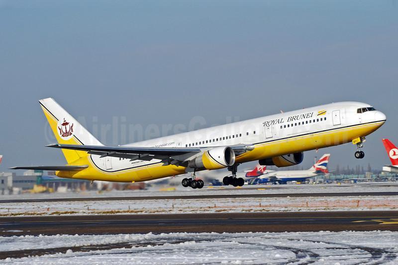 Royal Brunei Airlines Boeing 767-33A ER V8-RBH (msn 25534) JFK (Richard Vandervord). Image: 901932.