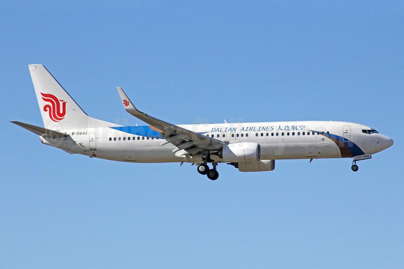 Dalian Airlines Boeing 737-89L WL B-5642 (msn 40017) PEK (Michael B. Ing). Image: 921711.