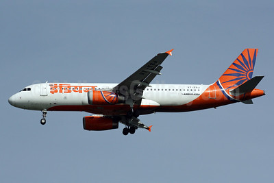 Indian Airlines Airbus A320-231 VT-ESJ (msn 490) SIN (Michael B. Ing). Image: 900973.
