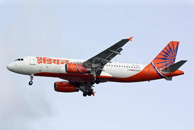 Indian Airlines Airbus A320-231 VT-ESL (msn 499) SIN (Michael B. Ing). Image: 900974.