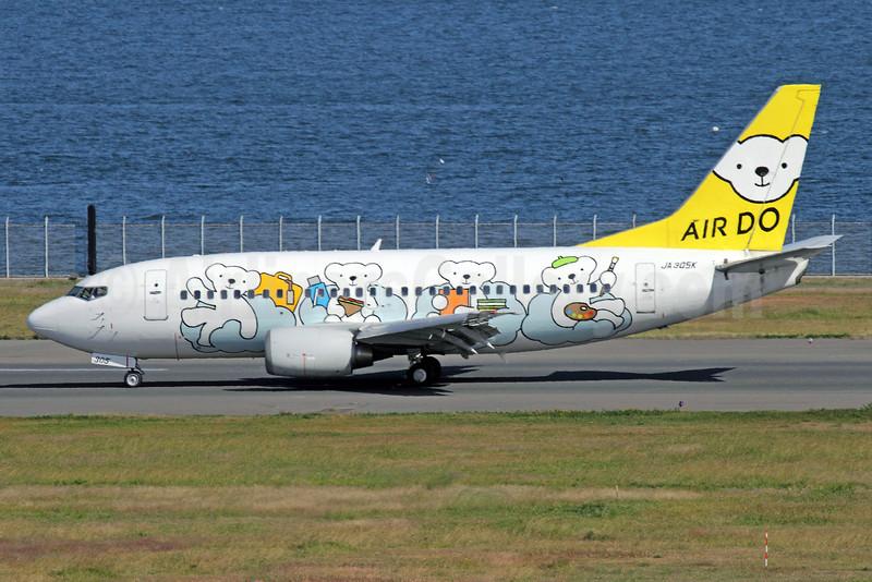 Air Do Boeing 737-54K JA305K (msn 28993) (Bear Do) HND (Michael B. Ing). Image: 909648.
