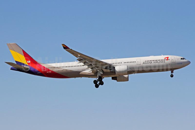 Asiana Airlines Airbus A330-323 HL7793 (msn 1055) PEK (Michael B. Ing). Image: 912846.