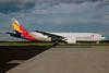 Asiana Airlines Boeing 777-28E ER HL7755 (msn 30861) FRA (Bernhard Ross). Image: 900468.
