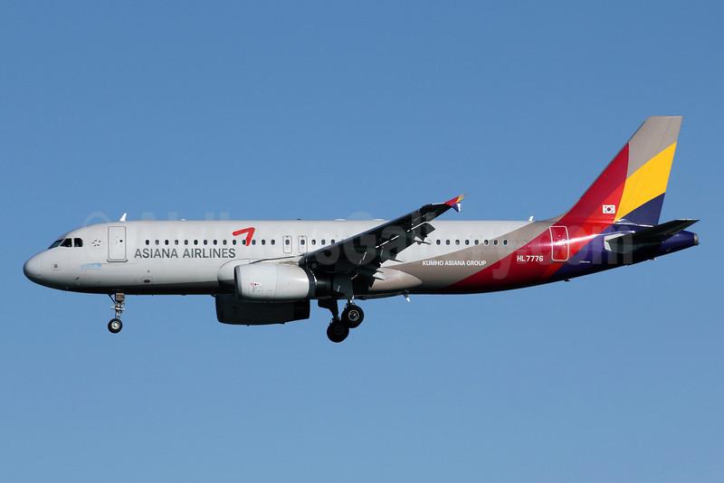 Asiana Airlines Airbus A320-232 HL7776 (msn 3641) PEK (Michael B. Ing). Image: 910894.