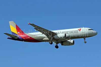 Asiana Airlines Airbus A320-232 HL7762 (msn 3244) PEK (Michael B. Ing). Image: 905620.